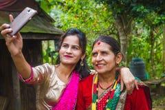 Gelukkig Aziatisch meisje die selfie met Smartphone nemen stock fotografie