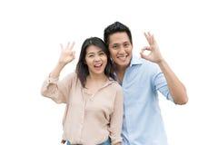 Gelukkig Aziatisch paar die met o.k. gebaar glimlachen Stock Fotografie