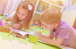 Gelukkig babyjongen & meisje die van thuiswerk genieten Royalty-vrije Stock Foto's