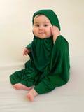 Gelukkig babymeisje in groene moslimkleding Stock Afbeelding