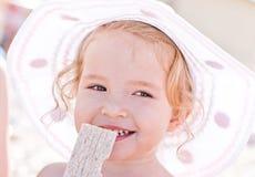 Gelukkig babymeisje op het strand royalty-vrije stock afbeelding
