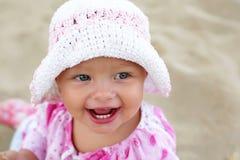 Gelukkig babymeisje op het strand Stock Afbeeldingen