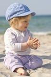 Gelukkig babymeisje op strand Royalty-vrije Stock Afbeelding