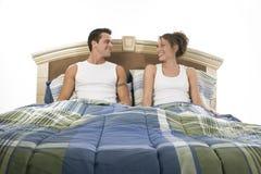 Gelukkig in bed Stock Foto's