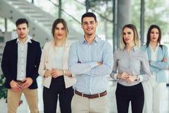 Gelukkig bedrijfsmensen en bedrijfpersoneel in modern bureau, representig bedrijf stock afbeelding