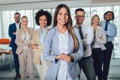 Gelukkig bedrijfsmensen en bedrijfpersoneel in modern bureau, representig bedrijf Selectieve nadruk royalty-vrije stock afbeelding