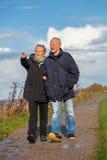 Gelukkig bejaard hoger paar die op strand lopen Royalty-vrije Stock Afbeelding
