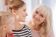 Gelukkig bejaarde die aan u glimlachen royalty-vrije stock fotografie