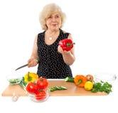 Gelukkig bejaarde kokend voedsel royalty-vrije stock fotografie
