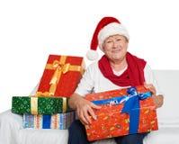Gelukkig bejaarde met de gift van de Kerstmisdoos - vakantieconcept Stock Foto
