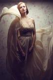 Gelukkig betoverend roodharig meisje in uitstekende kleding Royalty-vrije Stock Afbeelding