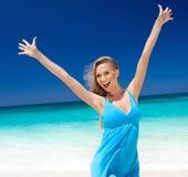 Gelukkig blond meisje op strand, die vrijheid voelen. royalty-vrije stock foto