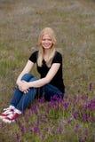 Gelukkig blondemeisje buiten Royalty-vrije Stock Foto