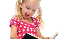 Gelukkig boek dat voor jong meisje wordt gelezen Royalty-vrije Stock Afbeeldingen