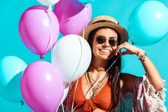 Gelukkig Boheems meisje die zich met heliumballons bevinden stock foto