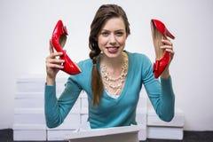 Gelukkig brunette die rode schoenen steunen royalty-vrije stock fotografie