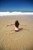 Gelukkig buig vrouw bij strand Conil stock foto's