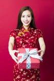 Gelukkig Chinees nieuw jaar De jonge Doos van de Gift van de Holding van de Vrouw Royalty-vrije Stock Afbeelding