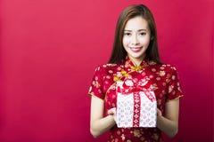 Gelukkig Chinees nieuw jaar De jonge Doos van de Gift van de Holding van de Vrouw royalty-vrije stock fotografie