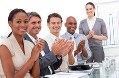 Gelukkig commercieel team dat een goede presentatie toejuicht Stock Foto