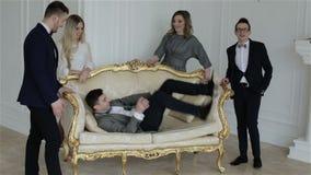 Gelukkig commercieel team die een foto in een studio nemen stock video