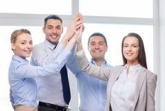 Gelukkig commercieel team die hoogte vijf in bureau geven Royalty-vrije Stock Fotografie