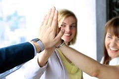 Gelukkig commercieel team die hoogte vijf in bureau geven Stock Fotografie