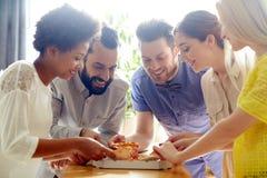 Gelukkig commercieel team die pizza in bureau eten Stock Foto