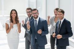 Gelukkig commercieel team die zich in bureau bevinden Royalty-vrije Stock Foto