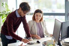 Gelukkig commercieel team met calculator op kantoor Stock Afbeeldingen