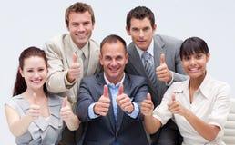 Gelukkig commercieel team met omhoog duimen Royalty-vrije Stock Foto's
