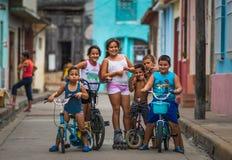 Gelukkig Cubaans kinderenportret in slechte kleurrijke koloniale straatsteeg met glimlachgezicht, in oude stad, Cuba, Amerika stock foto