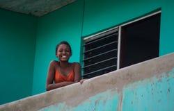 Gelukkig Cubaans meisjesportret in slechte kleurrijke koloniale straatsteeg met glimlach en vriendschappelijk gezicht, in oud Hav stock afbeeldingen