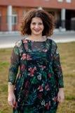 Gelukkig curvy meisje met krullend haar in de straat stock afbeelding
