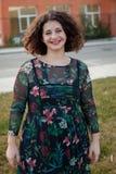 Gelukkig curvy meisje met krullend haar in de straat royalty-vrije stock afbeelding