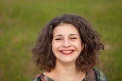 Gelukkig curvy meisje met krullend haar in het landschap stock fotografie