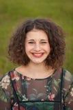 Gelukkig curvy meisje met krullend haar in het landschap stock afbeelding