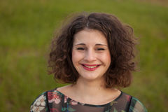 Gelukkig curvy meisje met krullend haar in het landschap royalty-vrije stock foto's