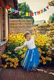 Gelukkig dansend meisje in tiara bij verjaardagspartij Royalty-vrije Stock Fotografie