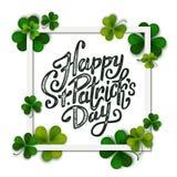 Gelukkig de dag met de hand geschreven bericht van Heilige Patrick, borstelpen het van letters voorzien op groene klaverachtergro vector illustratie