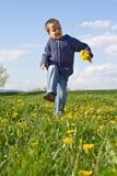 Gelukkig de lente dansend kind Stock Afbeeldingen