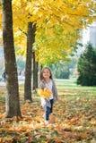 Gelukkig die meisje in de herfstpark in werking wordt gesteld royalty-vrije stock afbeelding