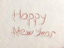 Gelukkig die Nieuwjaar op witte sneeuw wordt geschreven Royalty-vrije Stock Afbeelding