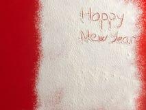 Gelukkig die Nieuwjaar op witte sneeuw wordt geschreven Stock Afbeeldingen