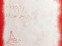 Gelukkig die Nieuwjaar op witte sneeuw wordt geschreven Stock Foto's
