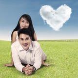 Gelukkig die paar met wolken van hart worden gevormd Stock Fotografie