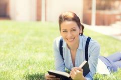 Gelukkig die studentenmeisje wordt opgewekt om aan schooluniversiteit terug te keren Stock Fotografie