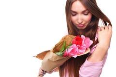Gelukkig die Vrouwenportret met tulpen op witte achtergrond wordt geïsoleerd 8 Maart stock afbeeldingen