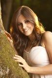 Gelukkig donkerbruin meisje in een magisch bos op mos Royalty-vrije Stock Foto's
