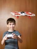 Gelukkig drijft weinig jongen stuk speelgoed quadcopter hommel Stock Afbeeldingen